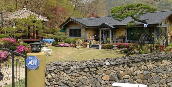 """Sau khi Song Joong Ki """"gây bão"""" với """"Hậu duệ của mặt trời"""", ngôi nhà của Nhà ở anh đã trở thành điểm du lịch cuốn hút nhiều vị khách đến thăm"""